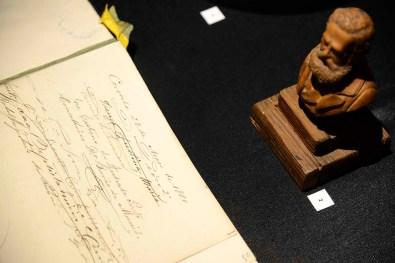 Assinatura de D, Pedro II no livro de presenças do Museu Paranaense e memorabilias da passagem do imperador por Curitiba, em 1880.