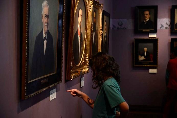 Retratos a óleo de personalidades paranaenses e a antiga residência dos Garmatter, o Palácio São Francisco.