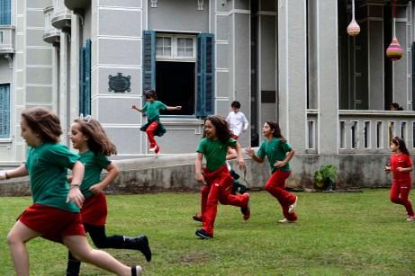 Turmas do 3° ano da Escola Terra Firme 2017, em frente ao Museu Paranaense