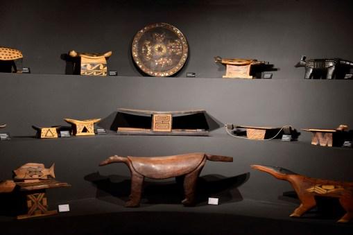 Bancos de madeira, objetos e utensílios