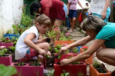 Plantio na horta da escola, durante a Festa da Família