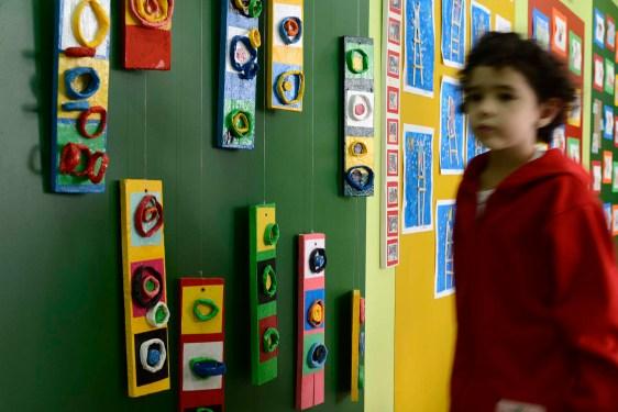 Trabalhos em exposição na recepção da escola - Foto. Gilson Camargo