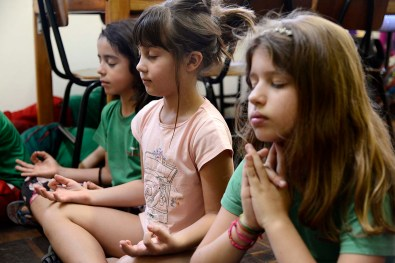 Momento de meditação no 2° Ano da Escola Terra Firme