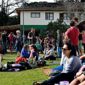 Piquenique durante Festa da Família no pátio da escola Terra Firme