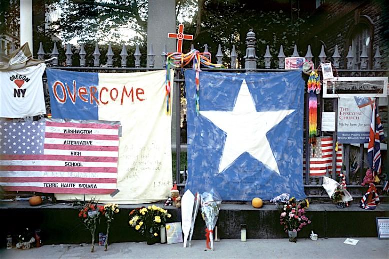 Joel Meyerowitz, Handmade banners on the fence of St. Paul's Chapel (Fall 2001)