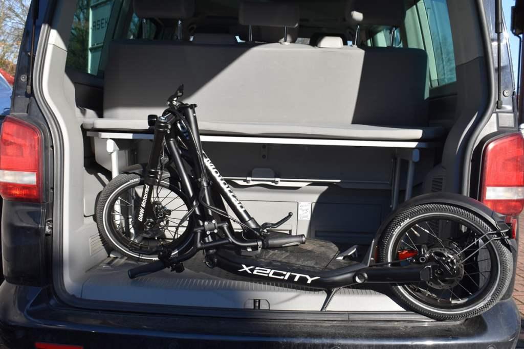 BMW-X2 City im Kofferraum eines VW T5 California