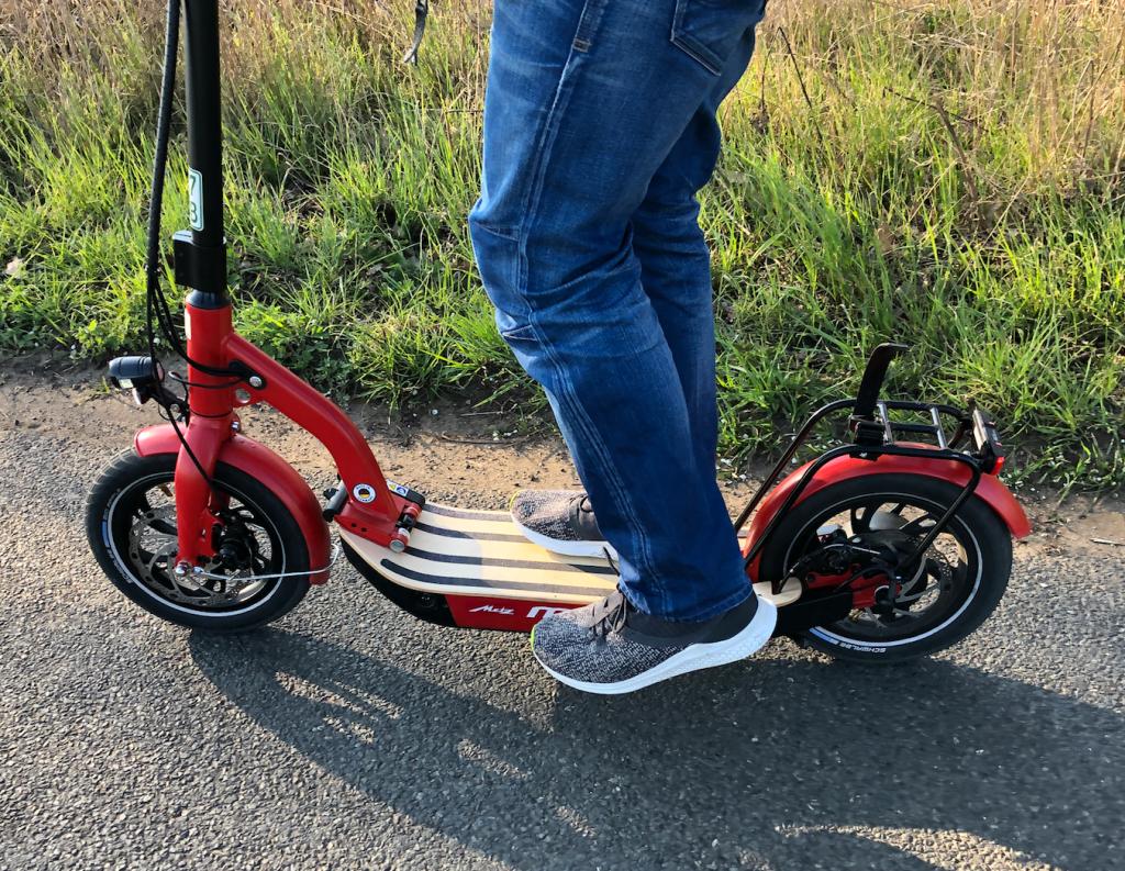 E Scooter Fahren 2. Bein aufs Trittbrett