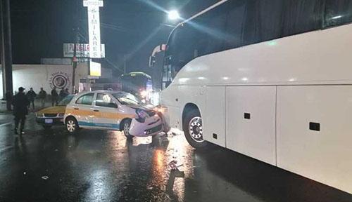 Choca autobús contra 2 taxis en bulevar a Peñuela; un herido