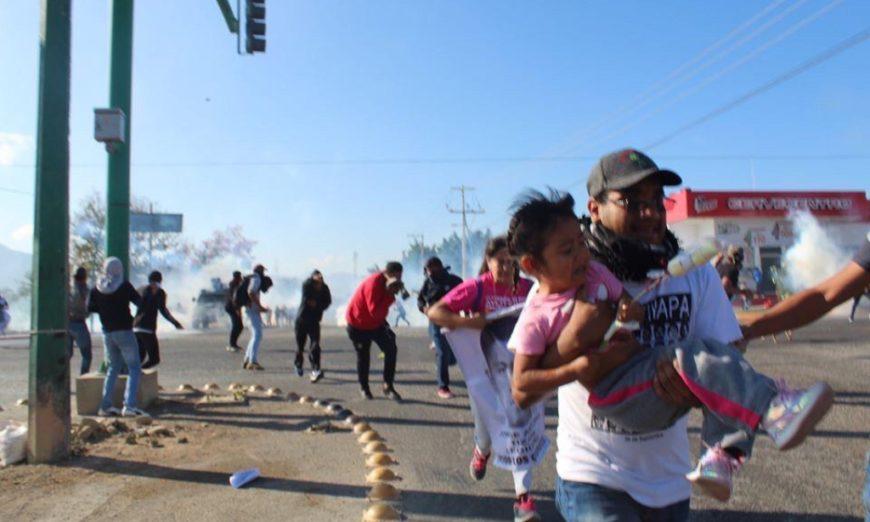 POLICÍAS REPRIMEN A PADRES Y NORMALISTAS EN CHIAPAS; HAY 4 HOSPITALIZADOS