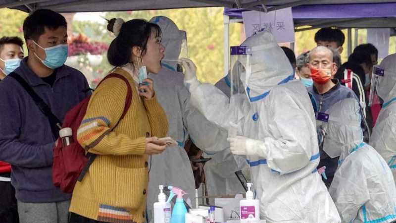 CIERRAN ESCUELAS Y CANCELAN VUELOS EN CHINA POR NUEVO BROTE DE COVID