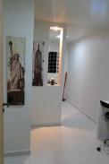 A charmosa entrada, com mesa de dois lugares e mais atrás a minicozinha.