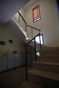 Escada que leva aos quartos 1, 2 e 3, em frente aos quartos 4 e 5
