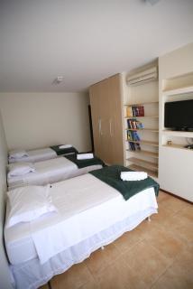 Além do closet, o quarto tem muitas estantes, Tv a cabo e ar condicionado