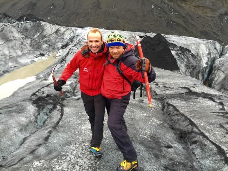 Dos excursionistas caminando en el glaciar