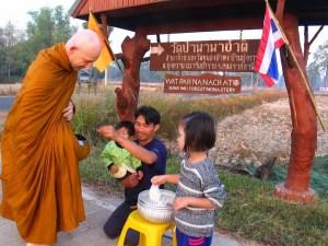 Un padre compartiendo de la actividad de generosidad con sus hijos.