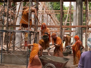 Monjes del Wat Pah Nanachat trabajan en construcción de templo.