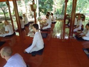 Meditación en Wat Tam Wua - Diversos monasterios reciben visitantes que pueden integrarse temporalmente a la vida monástica de manera gratuita, estos funcionan mediante donaciones