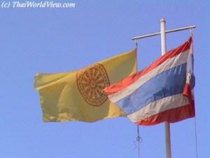 Bandera Budista junto a la bandera de Tailandia. Fotografia por: ThaiWorldView