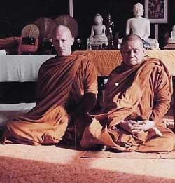 Ajahn Chah Junto a Ajahn Sumedho; este último fue el primer abad del Wat Pah Nanachat