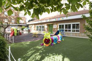 Patio grande con césped de la Escuela Infantil Booma