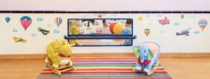 Aula de maternales con espejo y juguetes