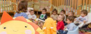 Educadora y niños en el aula de maternales
