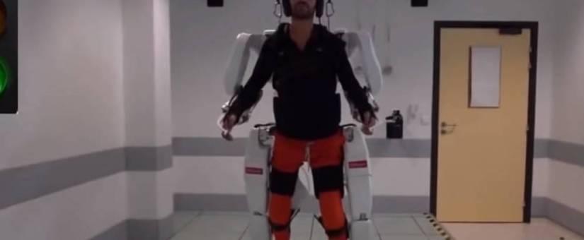 Un tetrapléjico logra caminar gracias a un exoesqueleto que maneja con el cerebro.