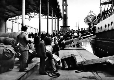 Immigrants arriving to the port of Buenos Aires