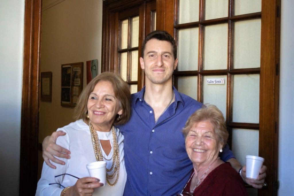 Estudiantes junto a Leandro, director de la escuela Todo Es Uno - foto