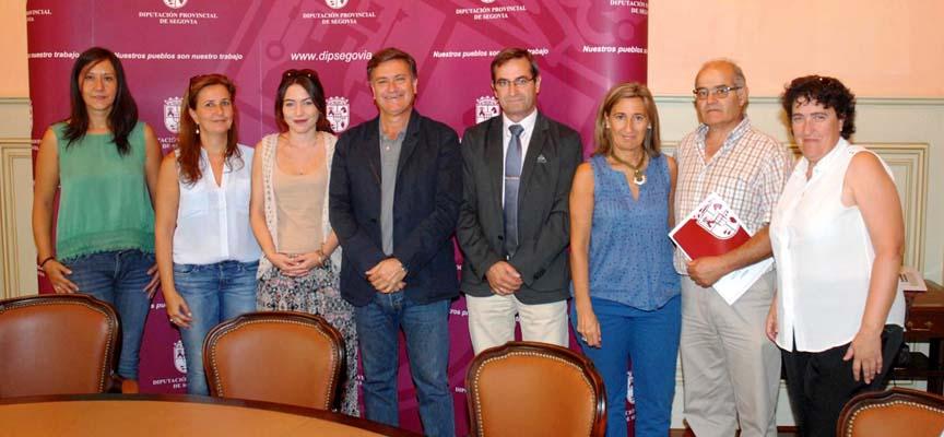 Representantes de los Grupos de Acción Local junto al Presidente de la Diputación tras la firma.