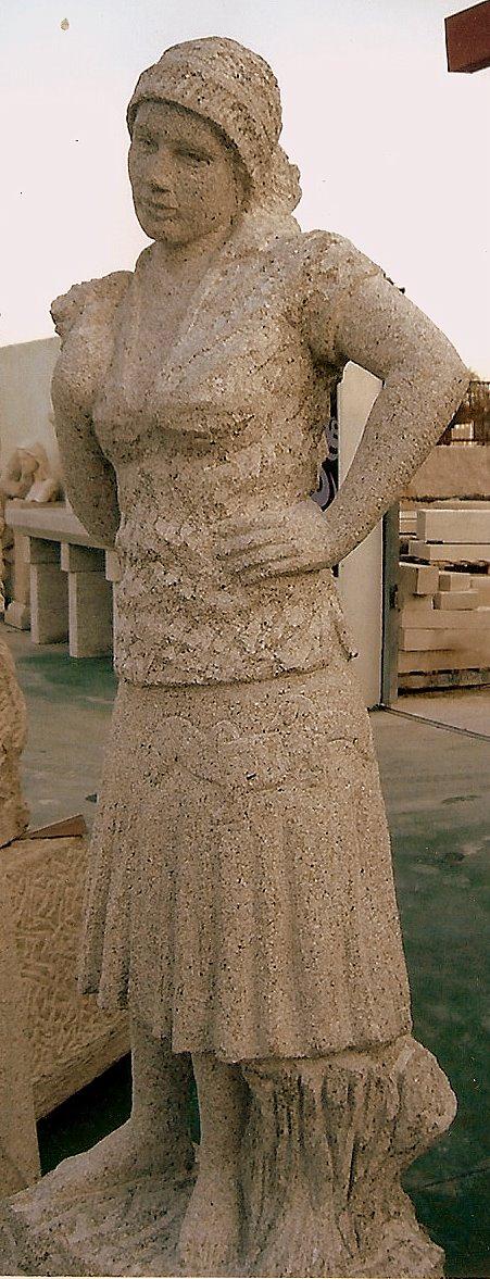 Escultura de Carolina, con un lagarto pintado en la falda.