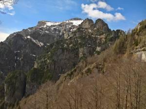 Versante settentrionale del Monte Serva molto scosceso e roccioso
