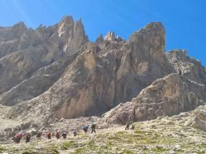 Escursionisti salgono la Forcella Undici
