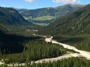 L' imbocco della Val Fiscalina, con il Rifugio di Fondo Valle e Moso