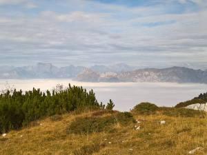 Spuntano dalle nebbia il Monte Dolada e il Col Mat