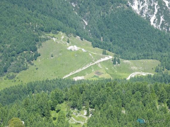 agriturismo sulla sella di Sompdogna vista dalla cima.