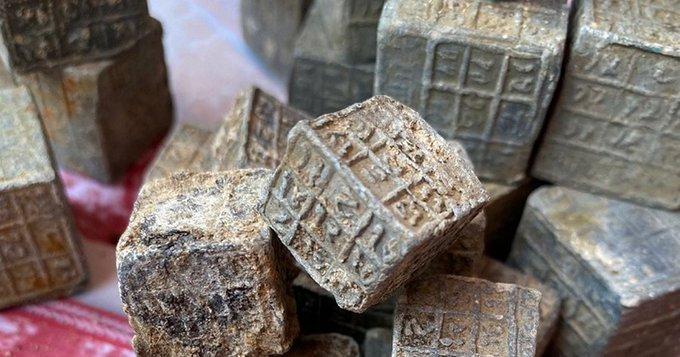 Cubos com inscrições misteriosas descobertos em rio.