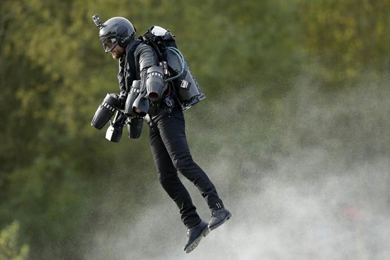 O futuro chegou: Profissionais passam a usar propulsão a jato.