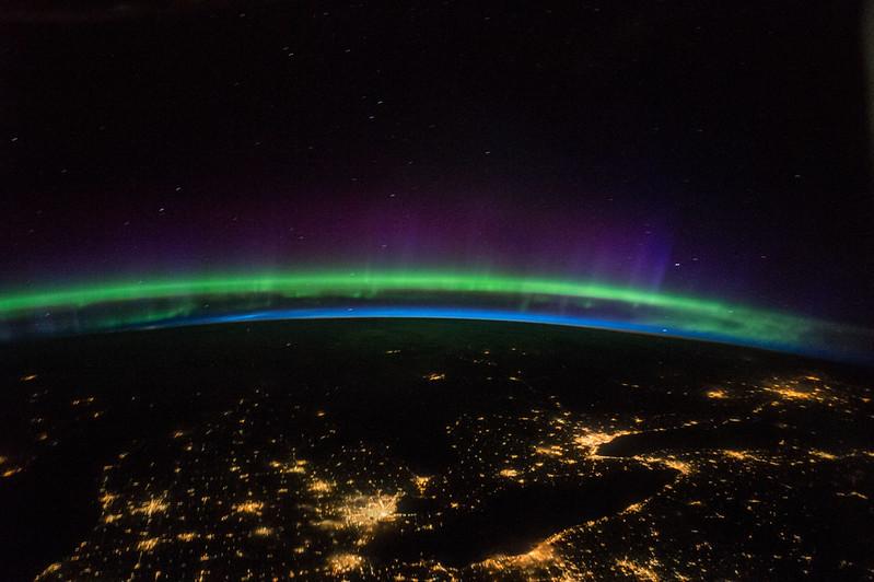 A órbita da estação espacial chega a 51,6 ° acima do equador, oferecendo imagens inspiradoras de auroras boreais.