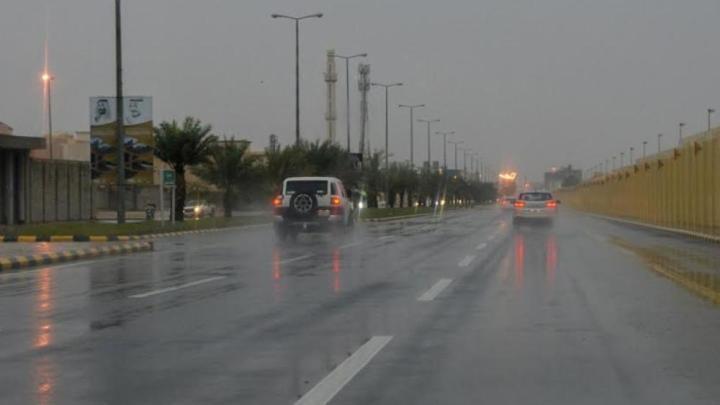 Emirados Árabes provoca fortes chuvas artificiais com uma nova tecnologia para amenizar calor de quase 50 graus.