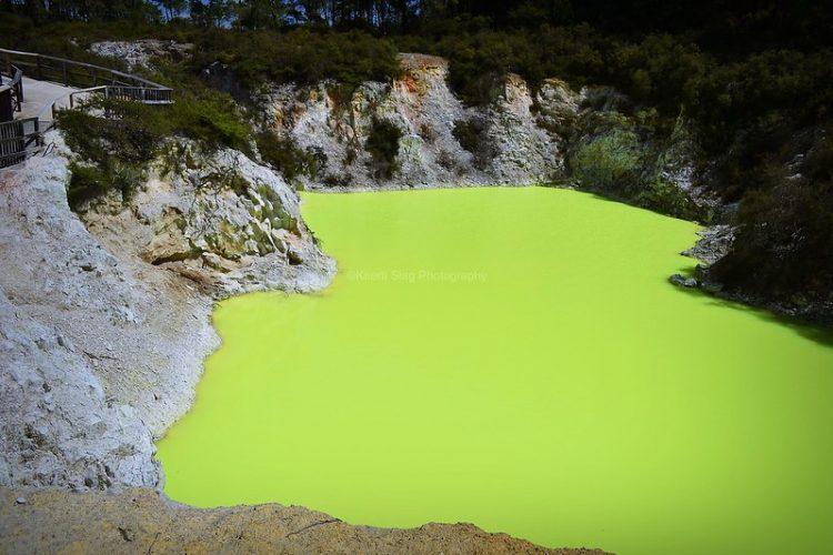 Visitantes lotam o Devil's Bath na Nova Zelândia