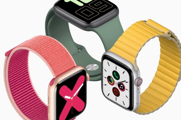 Tres Apple Watch Series 5, uno con correa amarilla, otro roja y otro verde.