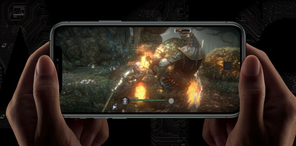 iPhone 11 Pro mostrando una pantalla de un juego. Está sostenido por dos manos en horizontal.