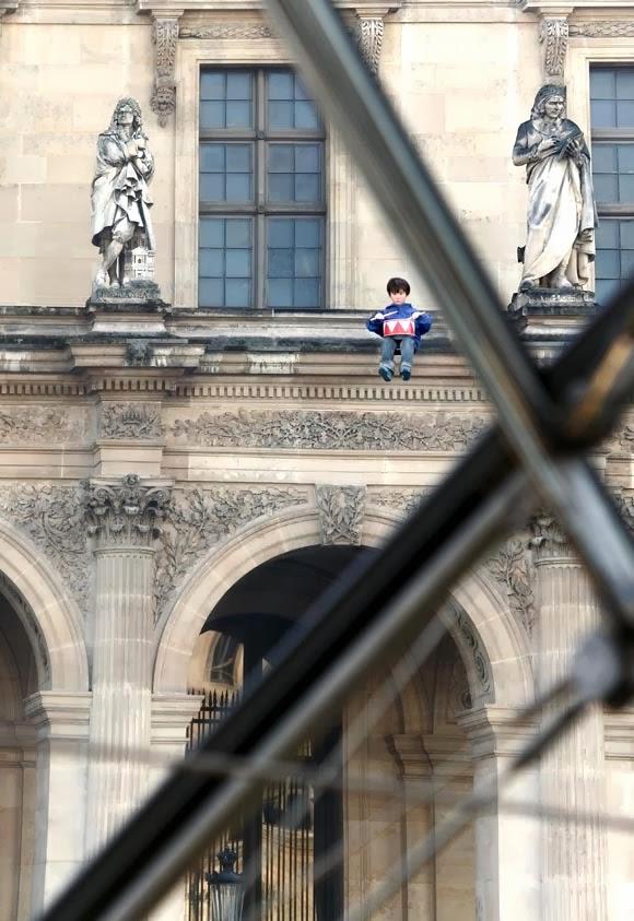 maurizio cattelan niño en el Louvre 2005