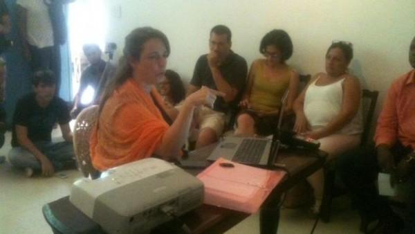Tania Bruguera durante el conversatorio en su casa de la Habana Vieja (14ymedio)