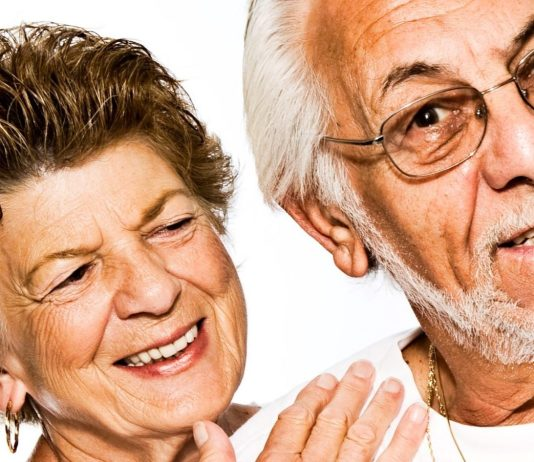Una pareja de personas mayores en actitud jovial
