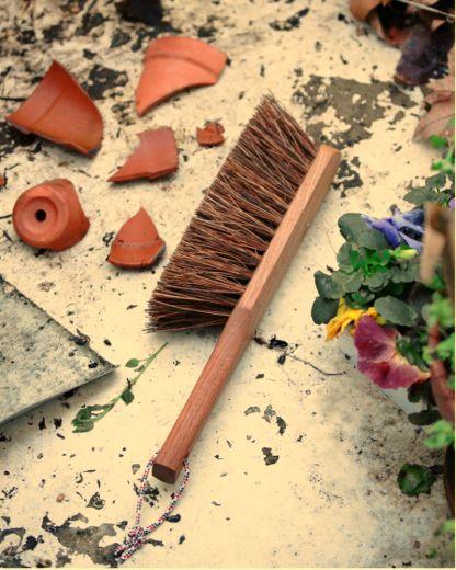 balayette made in france en bois foncé thermochauffé et fibre végétale, brosse artisanale vegan par Andrée jardin