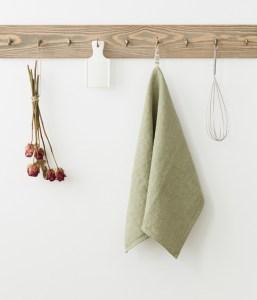 torchon en lin lavé vert sauge clair sur crochet en bois | Cuisine Minimaliste