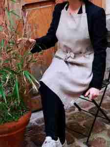 Tablier en lin lavé beige taupe avec une grande poche. Tablier de cuisine et jardinage en ville. L'échoppe végétale