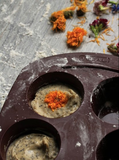 gâteau, pâtisserie au yaourt décoré avec des fleurs de soucis séchées